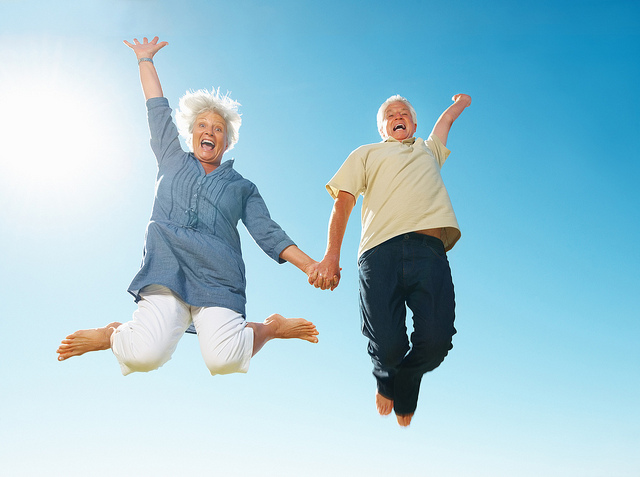 Parella de més de seixant anys saltant feliços.